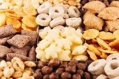 玉米片各种各样的形状和味道-圆环,星,球,垫,巧克力顶视图,装饰样式背景 库存图片