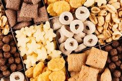 玉米片各种各样的形状和味道-圆环,星,球,巧克力顶视图,装饰样式背景 库存图片