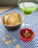 玉米片和辣调味汁与玛格丽塔 免版税库存照片