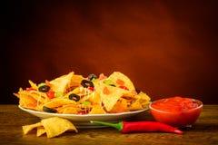 玉米片和辣调味汁垂度 图库摄影