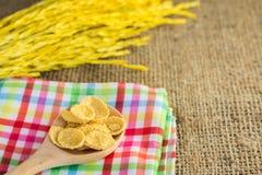 玉米片和黄色米有大袋或桌布背景 免版税库存照片