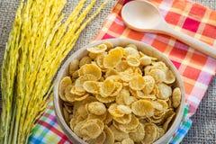 玉米片和黄色米有大袋或桌布背景 库存图片