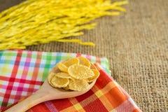 玉米片和黄色米有大袋或桌布背景 免版税库存图片