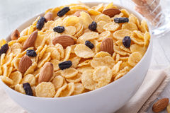 玉米片早餐在木背景的。 免版税库存图片