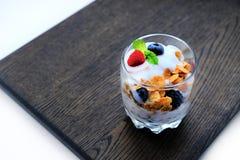 玉米片用新鲜的莓果和薄荷的叶子 库存图片
