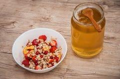玉米片用蜂蜜和果子 免版税库存图片