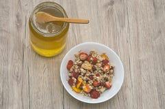 玉米片用蜂蜜和果子 库存图片
