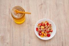玉米片用蜂蜜和果子 图库摄影