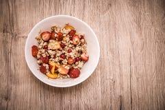 玉米片用蜂蜜和果子 免版税库存照片