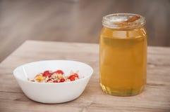 玉米片用蜂蜜和果子 免版税图库摄影