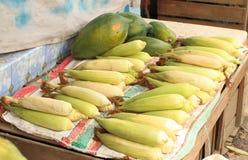 玉米玉米棒在传统市场上 免版税图库摄影