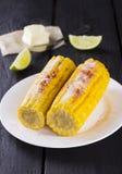 玉米用黄油和石灰在木背景 库存照片