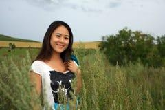 玉米田妇女年轻人 免版税库存图片