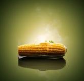 玉米穗用热的熔化的黄油 库存照片