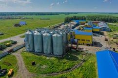 玉米站立在机器围场的烘干机筒仓 库存图片