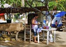 玉米粉薄烙饼制造商,墨西哥海滩镇 免版税库存照片