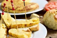 玉米粉薄烙饼de patatas,西班牙煎蛋,担当塔帕纤维布 图库摄影