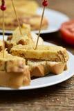 玉米粉薄烙饼de patatas,西班牙煎蛋,担当塔帕纤维布 库存图片
