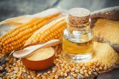 玉米精油瓶、玉米少量、干燥种子和棒子 免版税库存照片