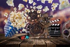 玉米花、电影票、clapperboard和其他事在行动 库存照片