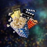 玉米花、电影票、clapperboard和其他事在行动 免版税库存图片
