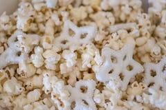 玉米花和椒盐脆饼顶上的特写镜头在碗在wnter 库存照片