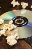 玉米花和电影特写镜头 免版税库存图片