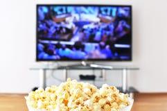 玉米花和电视 免版税库存图片