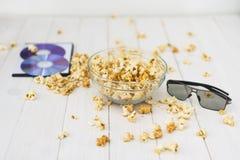 玉米花和盘和3D玻璃 免版税库存照片