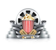 玉米花影片小条和盘与戏院票到电影院 库存照片