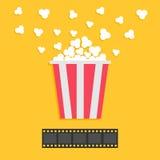 玉米花流行 摄制主街上 红色黄色箱子 戏院在平的设计样式的电影之夜象 黄色背景 免版税库存照片