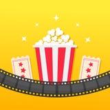 玉米花箱子 被环绕的影片小条 两张票承认一 戏院在平的设计样式的象集合 玉米花象 黄色梯度backg 库存照片