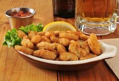 玉米花虾和啤酒 免版税库存照片