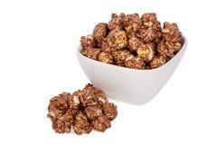 玉米花调味用在白色隔绝的甜巧克力和薄菏 库存图片