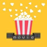 玉米花 影片小条丝带 红色黄色箱子 戏院在平的设计样式的电影之夜象 黄色背景 库存图片