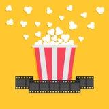 玉米花 影片小条丝带 红色黄色箱子 戏院在平的设计样式的电影之夜象 免版税库存照片