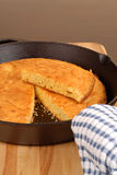 玉米面包长柄浅锅 免版税库存照片