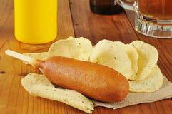 玉米面热狗和啤酒 免版税图库摄影
