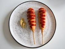 玉米面热狗和芥末酱 库存图片