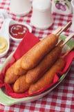 玉米面热狗用番茄酱和芥末 库存图片