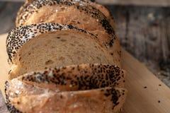 玉米面面包在切板切了 免版税库存照片