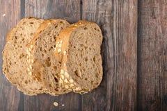 玉米面面包在木切了 免版税库存图片