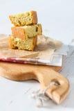 玉米面面包在白色木背景的和平切开了 免版税库存图片