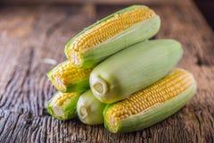 玉米 在老土气橡木桌上的新鲜的玉米 免版税库存图片