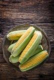 玉米 在老土气橡木桌上的新鲜的玉米 免版税库存照片