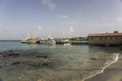 玉米Islad,尼加拉瓜- 2016年8月23日, :伟大的海滩在加勒比以运输游人的有些小船 图库摄影
