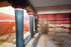 王位室和新来的人在Knossos宫殿在克利特,希腊海岛上  免版税库存照片