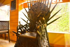 王位椅子比赛复制品  王位比赛是美国幻想戏曲 椅子由剑制成在餐馆 免版税库存图片