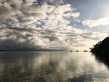 王侯日出的ampat群岛海岸线风景  图库摄影