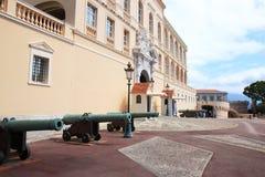 王子摩纳哥的` s宫殿用大炮装饰了 免版税库存图片